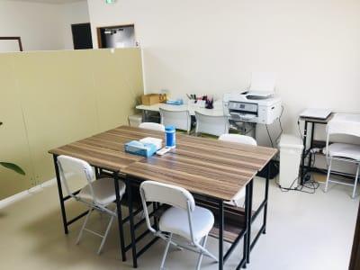 コワーキングスペース併設。オンライン会議やお打合せにもお使いいただけます。 - TEAMPLACE OHWADA 会議室&コワーキングスペースの室内の写真