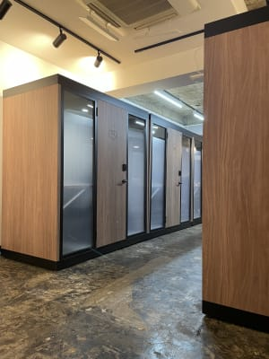 302号室に入って頂くとボックスを横並びで設置しております。  - RemoteBOX新宿南口店 No.5の入口の写真
