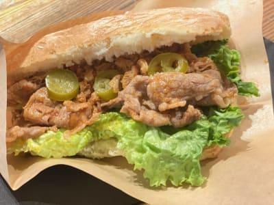 特製ソースで食べるイタリアンビーフサンド。 750円 - Kita-shoku ワインバー2Fワークスペースの設備の写真