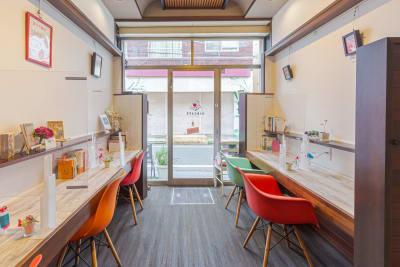 椅子をなくせば立食や 展示も可能です。 - KIKCAFE コワーキングカフェの室内の写真