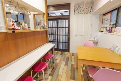 キッチンと続くカフェスペース - KIKCAFE コワーキングカフェの室内の写真