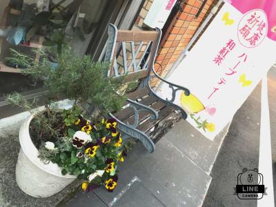 ベンチが目印 - KIKCAFE コワーキングカフェの入口の写真