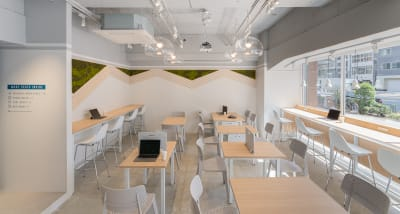 カフェブース。晴れの日は日光を感じるスペースで、こだわりのコーヒーをお楽しみください - HAKADORU虎ノ門店 コワーキングスペース1の室内の写真