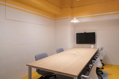 HAKADORU虎ノ門店 6人用会議室の室内の写真