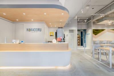HAKADORU虎ノ門店 6人用会議室の入口の写真
