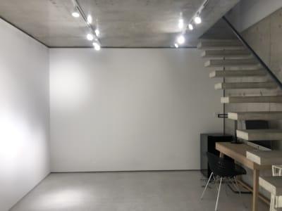 デスクが置いてあります。 - 代々木公園Yハウス レンタルスタジオ&ギャラリーの室内の写真