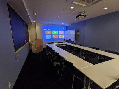 プロジェクター・ホワイトボード・司会代も完備しております。 - ネクストNAGANO 会議室の室内の写真