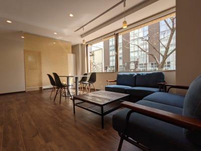 パブリックスペースも休憩等にご利用ください。 - ネクストNAGANO 会議室の室内の写真