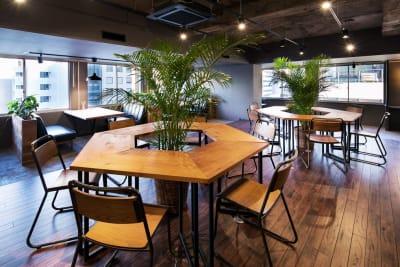 配置変更可能なウッドテーブル - RANA TAIL会議室 フロアー貸切レンタルの室内の写真