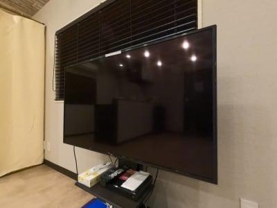 大きなTVモニターもあるので、映像を見ながらエクササイズできます。 - レンタルスタジオ Fluss ヨガなどができるレンタルスタジオの室内の写真