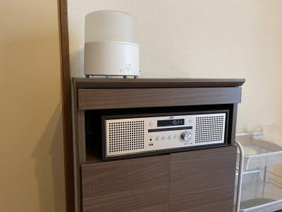 ミニコンポ(CD、Bluetooth、USB使用可、)と加湿器です。 - サロンスペースの室内の写真