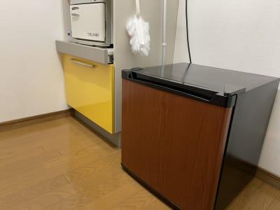 冷蔵庫のご利用可能です(冷凍機能のご利用はご遠慮いただいております)。 - サロンスペースの室内の写真