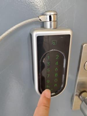 4桁の暗証番号で開錠 - QualityTime稲毛の入口の写真