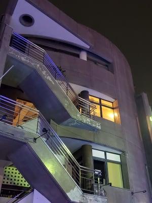 賑やかな通町の3Fに当スタジオがございます。 - カリマ高崎 ダンス、ヨガ、イベントスペースにの入口の写真