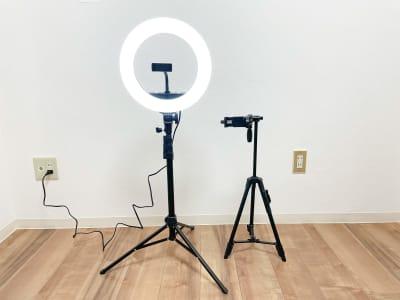 左側:LEDリングライト    証明モード4つ付き。お好みの明るさに調節可能🔆 右側:三脚    デジタルカメラ・携帯どちらも使えます。リモコンが付いてるのでリモコンで撮影可能✨ - Roomie北堀江 韓国風スペース・ハウススタジオの室内の写真