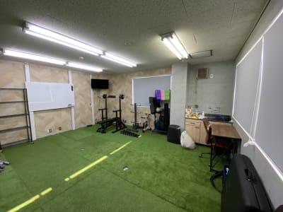 施術用ベッド トレーニング器具 デスクもご用意しております!  洗面台完備 - レンタルスペース メイホクノイエ サロン・スタジオスペースの室内の写真
