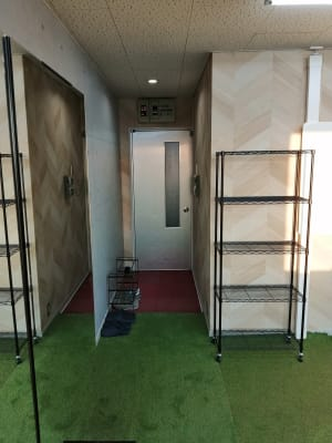 ドア入って右手にシューズラック(土足厳禁) 入って左手に荷物置き用のラックがございます。 ご利用ください。 - レンタルスペース メイホクノイエ サロン・スタジオスペースの入口の写真
