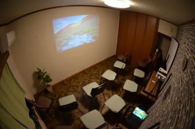 シアターモード (80インチ相当の画面) - MTGベース・ウーノ リモートミーティングスペースの室内の写真
