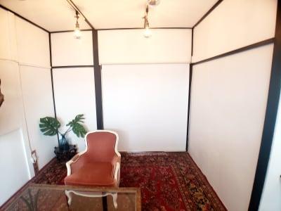 個室の入り口はロールスクリーンで仕切ることが出来ます。 - チルチルミチル KEYHOLE ROOMの室内の写真