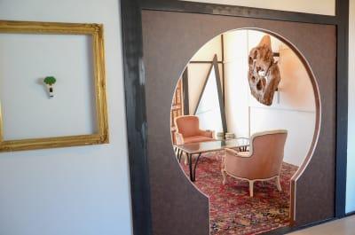鍵穴状の入口がユニークなキーホールルーム。PCアクセサリー、A3プリンター、ラミネーター等も完備。リモートワーク、ミーティング、撮影等に最適です。 - チルチルミチル KEYHOLE ROOMの室内の写真