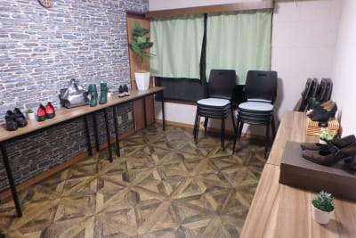 展示会利用例 スタッキングチェア&折り畳み椅子で部屋を広く利用可 - MTGベース・ウーノ リモートミーティングスペースの室内の写真