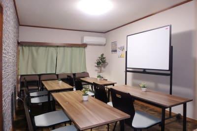 セミナーモード - MTGベース・ウーノ リモートミーティングスペースの室内の写真