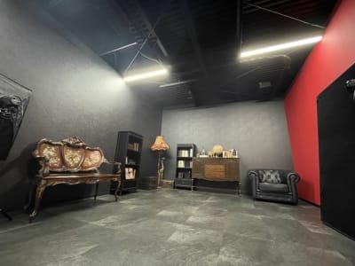 黒スタジオの全体像はこんな感じです。 - ココスタジオ 黒・グレー2種類の撮影ルームの室内の写真