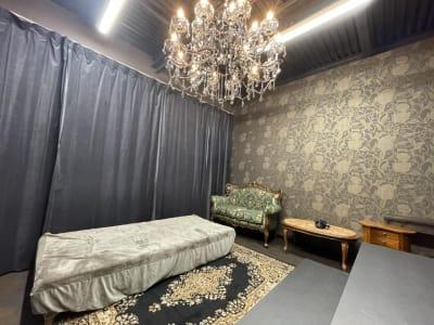 黒スタジオの活用例です。 - ココスタジオ 黒・グレー2種類の撮影ルームの室内の写真