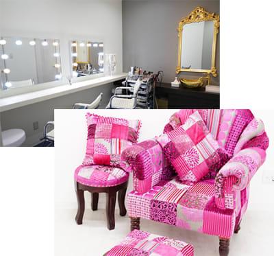 メイク室とピンクソファー - ココスタジオ 黒・グレー2種類の撮影ルームの室内の写真