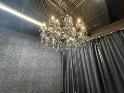 高級なシャンデリアでゴージャスな雰囲気を演出 - ココスタジオ 黒・グレー2種類の撮影ルームの室内の写真