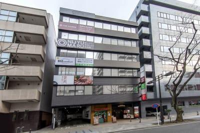 このビルの3階です。1階の「揚州商人」が目印です。 - BIZcomfot新横浜 8名用会議室の外観の写真