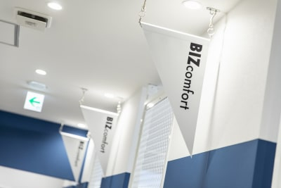 2021年3月15日にオープンしたキレイなコワーキングスペース/レンタルオフィスの一角にある会議室です。 - BIZcomfot新横浜 4名用会議室の設備の写真