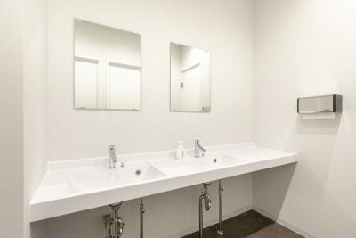 お手洗いもキレイで快適です! - BIZcomfot新横浜 4名用会議室の設備の写真