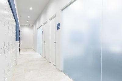 完全個室です。 - BIZcomfot新横浜 4名用会議室の入口の写真