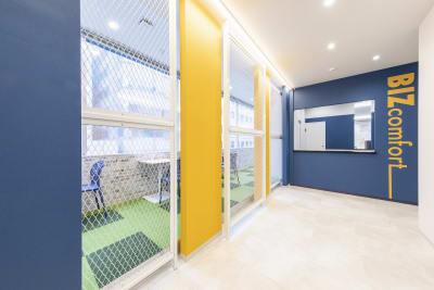 こちらの受付にお越しください。 - BIZcomfot新横浜 4名用会議室の入口の写真