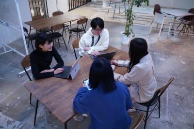 会議や打ち合わせを行うにも最適です。 【写真の場所】 オープンスペース約160㎡ - TAGE-community 室内フリースペースご利用プランの室内の写真