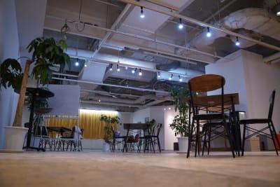 使用用途に合わせた椅子やソファで、ご希望に合わせたイベント設計が可能です。 【写真の場所】 オープンスペース約160㎡ - TAGE-community 室内フリースペースご利用プランの室内の写真