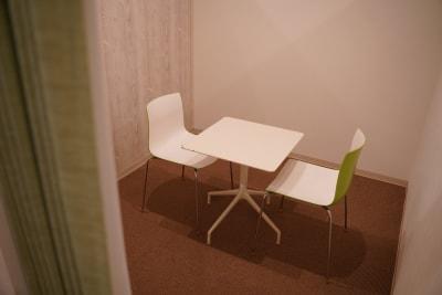 9㎡の固定席になります。普段はシェアオフィスユーザーが利用しておりますが、事前のご相談で貸し出し可能場合がございます。 【写真の場所】 固定席約9㎡ - TAGE-community 室内フリースペースご利用プランの設備の写真