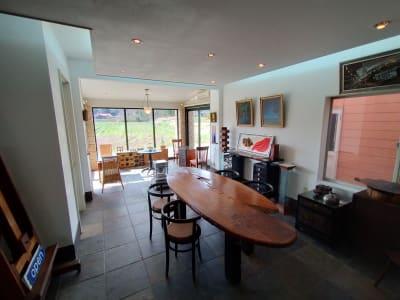 フローリングフロアー(靴脱ぎ)から石フロアーを見る - GauHouse レンタルスペース、ガウハウスの室内の写真