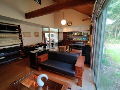 ソファ席よりキッチン方向を見る - GauHouse レンタルスペース、ガウハウスの室内の写真