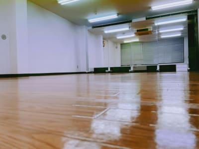 フラ教室・ヨガ講座に最適。ウォーキングレッスン講座など開催におすすめです - Studio Puu レンタルスタジオの室内の写真
