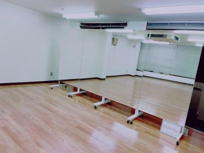 大型ミラーは移動式を採用しています。「使う」「使わない」も自由自在です。 - Studio Puu レンタルスタジオの室内の写真