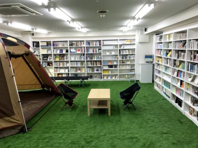 講義形式なら20人くらい入れる広いスペースです。 - BOOK PARK ちばぎんざ 本に囲まれた屋内公園の室内の写真