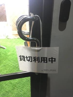 貸切利用中のポップはドアにかけるなどでお使いください。使用後は元に戻していただくようお願いします。 - BOOK PARK ちばぎんざ 本に囲まれた屋内公園の設備の写真