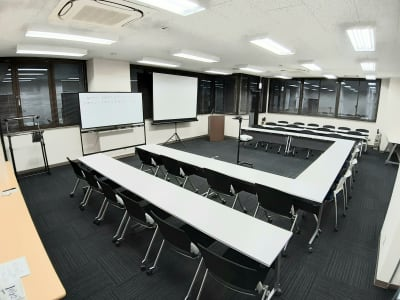 コの字・スクール複合 最大配置 デスクw1800×12台 - エキマエ会議室 貸し会議室、セミナー会場の室内の写真