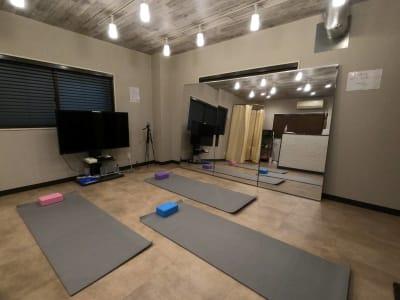 ヨガマットやヨガブロックも無料で使える! - レンタルスタジオ Fluss ヨガなどができるレンタルスタジオの室内の写真