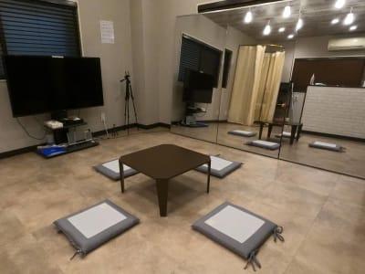 練習後の休憩もできます - レンタルスタジオ Fluss ヨガなどができるレンタルスタジオの室内の写真