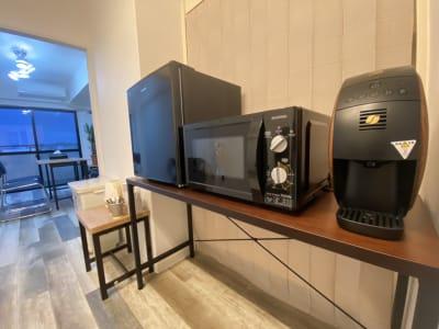 冷蔵庫や電子レンジがあるので長時間の滞在も快適です。 - フレックス藤沢鵠沼店 多目的スペース・貸し会議室の室内の写真