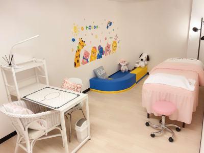 キッズコーナー付、女性専用(別プラン) - ForyouNail ソファースペースの室内の写真