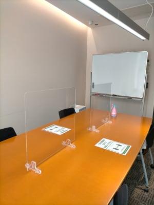 コロナウイルス感染対策のため、アクリル板を設置しております。 - レンタル会議室 ミーティングルーム 2の室内の写真